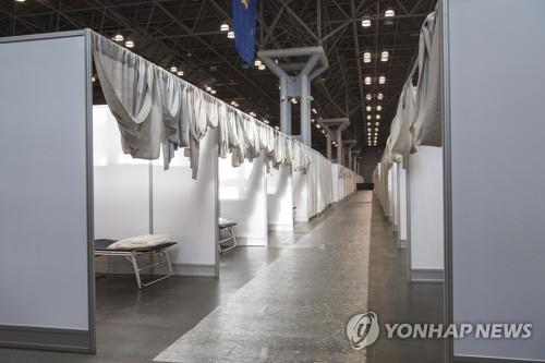축구장 병원에 캠핑용 차량 병실까지…미 의료시설 확충 사투