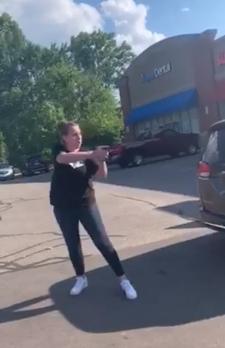 말다툼하다 주차장서 흑인 모녀에 총 겨눈 미 백인 부부