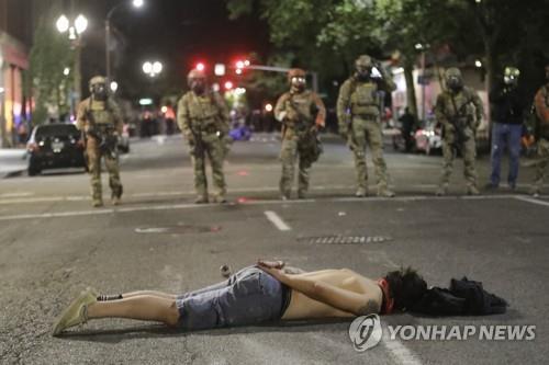 미 주말 곳곳서 과잉진압 항위시위…방화에 총격 폭력사태도