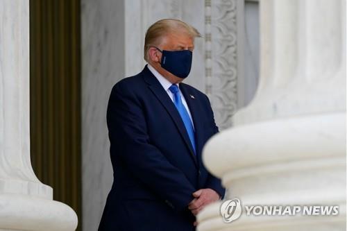 트럼프, 마스크 쓰고 긴즈버그 조문…투표로 몰아내자 야유도(종합)