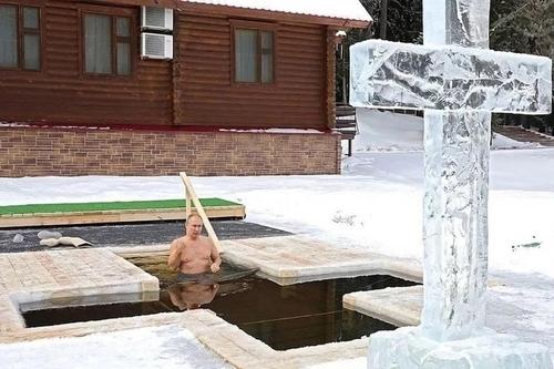 푸틴, 영하 20도에 얼음물에 첨벙…정교회 주현절 관례 지켜