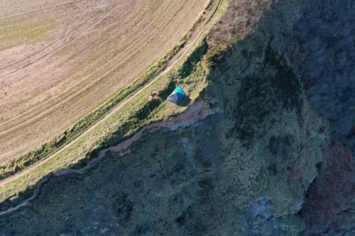 아무리 풍광이 좋지만…영국 가족 85m 벼랑 끝 위험천만 캠핑