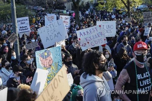 손 들었으니 쏘지 마 미 13세 소년 총격피살 항의 시위