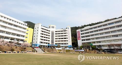 폐교 동부산대 후유증…학생 761명은 편입, 교직원 42명은 실직