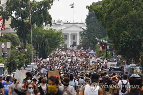 공화, 코로나19 급증하자 수천명이 시위때문