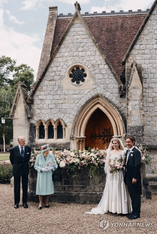 아빠의 불명예…딸 결혼사진에서 사라진 영국 앤드루 왕자