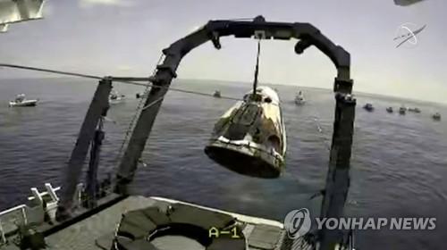 [3보] 미 우주인 45년만의 해상 귀환…스페이스X 캡슐 멕시코만에 착수