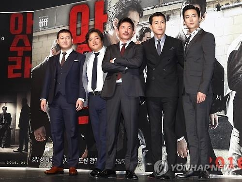 演员郑满植(左起)、郭度沅、黄正民、郑雨盛和朱智勋出席《阿修罗》发布会。(韩联社)