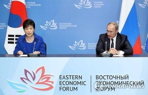 9月3日,在俄罗斯远东联邦大学,朴槿惠(左)和普京共同会见记者。(韩联社)