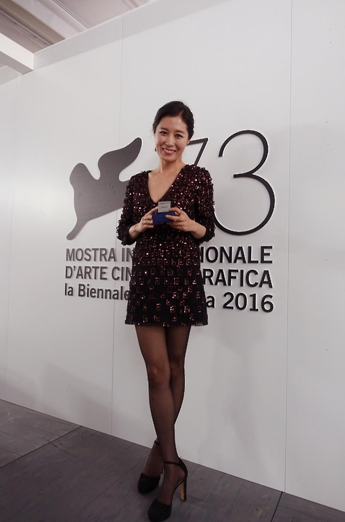 韩演员文素利在威尼斯影展上荣获星光电影奖