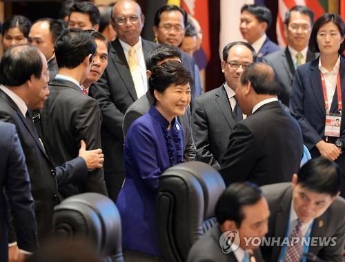 朴槿惠与各国领导人亲切握手。(韩联社)