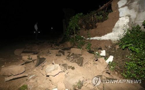 9月12日晚,在庆州市内南面凫池里,一栋民宅的外墙在地震中倒塌。(完)