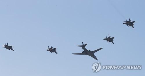 美B-1B轰炸机飞临半岛对朝武力示威
