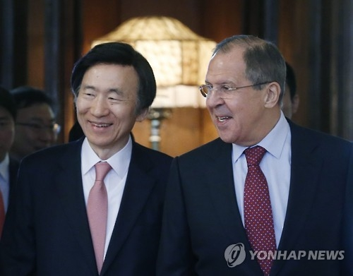 资料图片:尹炳世(左)与拉夫罗夫(韩联社)