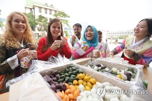 在韩外国留学生突破10万 高丽大学最多