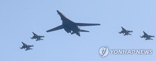 资料图片:乌山基地上空盘旋的美军轰战机(韩联社)