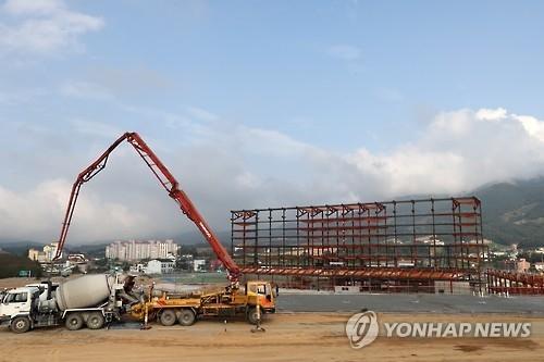 资料图片:平昌冬奥会开闭幕式场馆建设工程如火如荼。(韩联社)