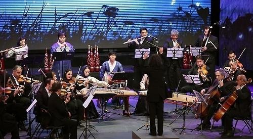 资料图片:2016年5月2日(当地时间),在伊朗,韩国国立国乐院演出团和伊朗国家交响乐团共奏韩国民谣《阿里郎》。(韩联社/韩国海外文化宣传院提供)