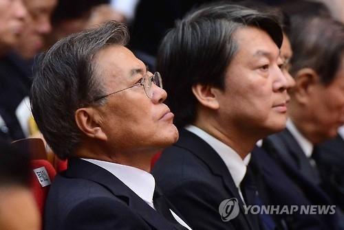 资料图片:文在寅(左)和安哲秀(韩联社)