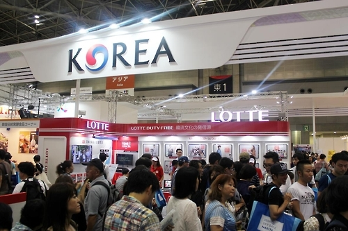 """资料图片:图为""""2016年日本旅游博览会""""乐天免税店展区。"""