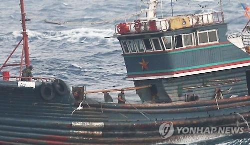 中国渔船在船头安装铁叉防止海警登船检查。(韩联社)