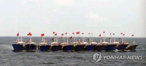 多艘中国渔船一起作业以防韩国海警检查。(韩联社)