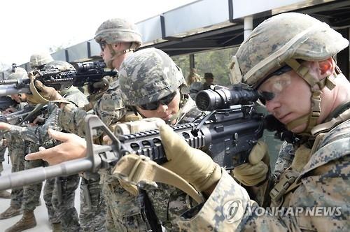 10月1日,在白翎岛,韩美海军陆战队官兵进行射击演练。(韩联社)