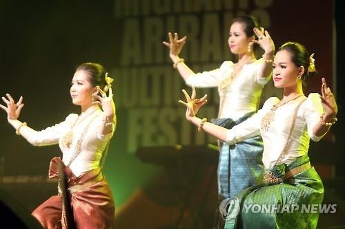 10月1日,在昌原市城山艺术厅,第11届阿里郎多元文化节主宾国柬埔寨国立艺术团登台献艺。(韩联社)