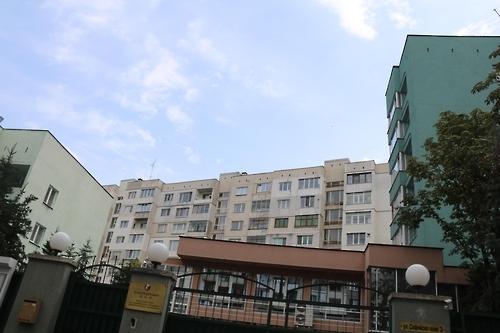 资料图片:朝鲜驻保加利亚大使馆外景,当地企业入驻于左侧建筑。(韩联社)