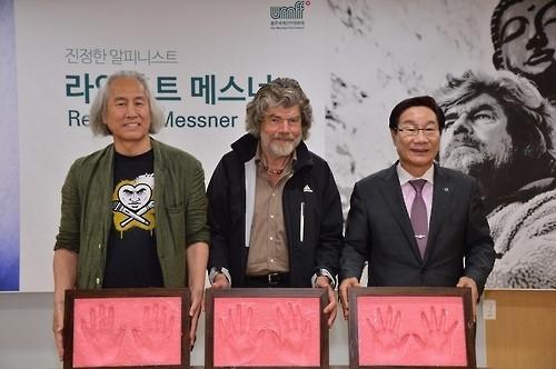 莱因霍尔德·梅斯纳尔(中)助阵蔚州山地电影节。