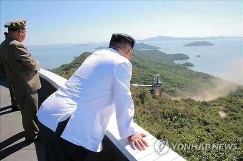 资料图片:金正恩观看发动机地面点火试验。图片仅限韩国国内使用,严禁转载复制。(韩联社/《劳动新闻》)