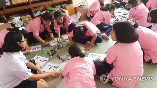 韩总理访问泰国一中学体验韩语学习热潮