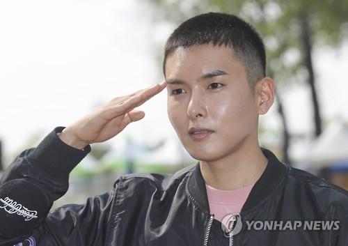 SJ厉旭今入伍 韩中日粉丝到场送行