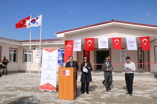 当地时间10月18日,在土耳其加济安泰普,赵允秀(左)在难民学校揭牌仪式上致辞。(韩联社)