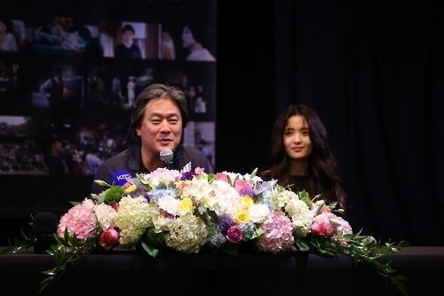 资料图片:导演朴赞郁(左)和演员金泰璃