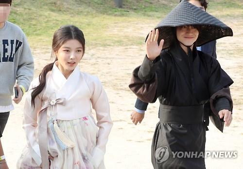 金裕贞(左)和郭东延正在入场。(韩联社)