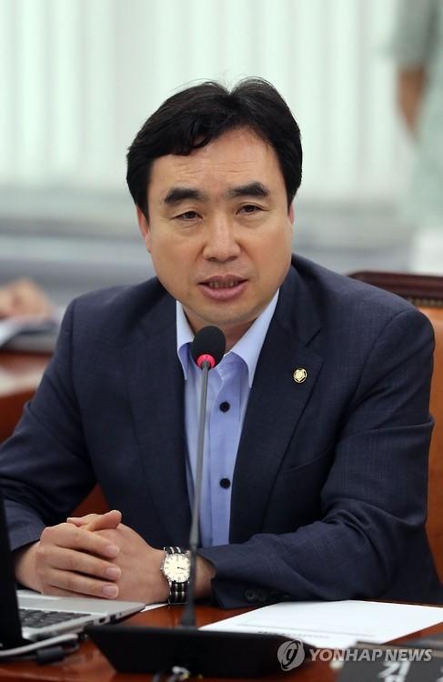 共同民主党首席发言人尹官石(韩联社)