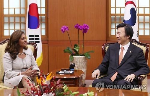 韩外长尹炳世首尔会晤苏里南外长巴德里辛格