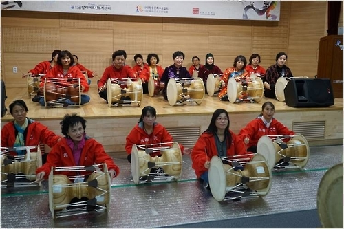 妈妈们学习体验韩国传统民乐(韩联社/韩中文化友好协会提供)