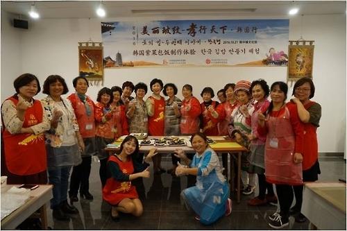 妈妈们在韩中缘文化馆体验制作韩国紫菜包饭。(韩联社/韩中文化友好协会提供)