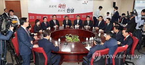 韩执政党领导班子要求朴槿惠成立举国中立内阁