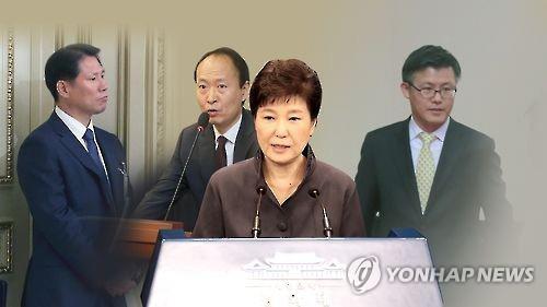 国政宣传秘书安峰根(左起)、青瓦台总务秘书李在万、青瓦台附属秘书郑虎成(韩联社)