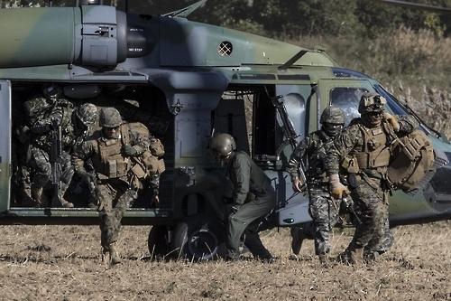 韩美海军陆战队首练战时收容朝鲜难民