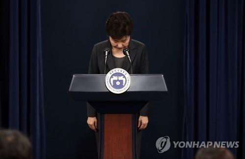 11月4日上午,在韩国总统府青瓦台,总统朴槿惠发表对国民谈话,就亲信崔顺实幕后干政案向国民致歉。(韩联社)