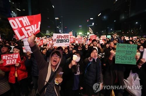 5日晚,在光化门广场上,市民们高喊要求朴槿惠政权下台的口号。(韩联社)