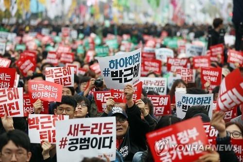 5日下午,在首尔光化门广场,市民举行了要求朴槿惠下台的大规模集会。(韩联社)