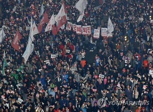 韩国民众云集街头要求总统下台。(韩联社)