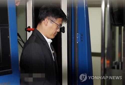 11月7日上午,郑虎成现身首尔中央地方检察厅,应检方传唤接受调查。(韩联社)
