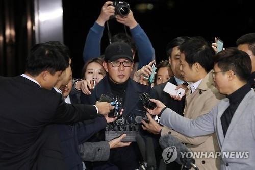 11月8日晚,在仁川国际机场,车恩泽从青岛回国后接受媒体记者采访。(韩联社)