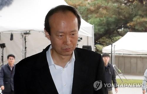 11月14日,青瓦台前总务秘书官李载晚到达首尔中央地方检察厅。(韩联社)